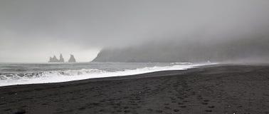 Zwart zandstrand in de stad van Vik Stock Afbeelding