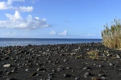 Zwart zandstrand in Flores, de archipel van de Azoren (Portugal) royalty-vrije stock foto's