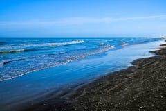 Zwart zandstrand in Ladispoli, Italië Stock Afbeeldingen