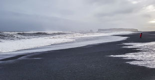 Zwart zandstrand op stormachtige dag ijsland Stock Afbeeldingen