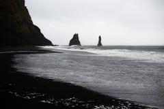 Zwart zandstrand in Vik Stock Afbeelding