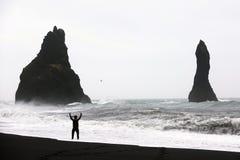 Zwart zandstrand in Vik Stock Afbeeldingen