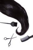 Zwart zijdeachtig haar, haarverfborstel, schaar, en haarborstel Royalty-vrije Stock Foto's