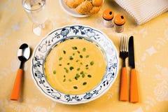 Zwarta mieszana jarzynowa polewka w kolorze żółtym i pomarańcze fotografia royalty free