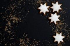 Zwarte achtergrond met een peperkoek in de vorm van sterren Royalty-vrije Stock Foto