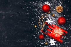 Zwarte achtergrond van het Kerstmis de nieuwe jaar, rode stuk speelgoed slee, ballen, gift B Royalty-vrije Stock Afbeelding