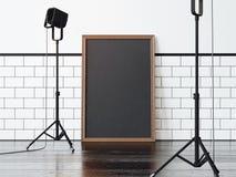 Zwarte affiche op de zwarte vloer en twee lampen, Stock Fotografie