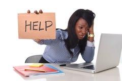 Zwarte Afrikaanse Amerikaanse het behoren tot een bepaald ras gefrustreerde vrouw die in spanning op kantoor werken Stock Fotografie
