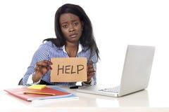 Zwarte Afrikaanse Amerikaanse het behoren tot een bepaald rasvrouw in het werkspanning bij het vragen om hulp Royalty-vrije Stock Afbeelding