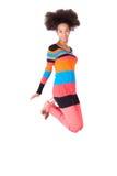 Zwarte Afrikaanse Amerikaanse tiener met afrokapsel het springen Stock Afbeeldingen