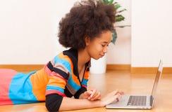 Zwarte Afrikaanse Amerikaanse tiener met een afrokapsel   Stock Afbeeldingen