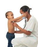 Zwarte Afrikaanse Amerikaanse verpleegster met geïsoleerd kind Royalty-vrije Stock Afbeeldingen