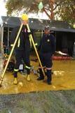Zwarte Afrikaanse Brandweerman die beschermende kleding tonen Royalty-vrije Stock Afbeeldingen
