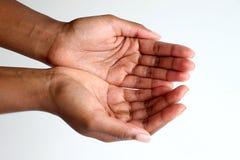 Zwarte Afrikaanse Indische, open en tot een kom gevormde handen die bedelen stock afbeelding