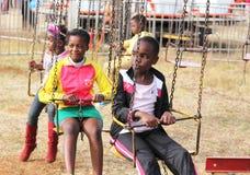 Zwarte Afrikaanse kinderen die op rotonderit wachten om te beginnen Royalty-vrije Stock Foto's