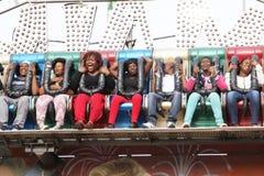 Zwarte Afrikaanse mensen die stijging en dalings van elektronische rit genieten Stock Fotografie