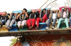 Zwarte Afrikaanse mensen die stijging en dalings van elektronische rit genieten Stock Foto