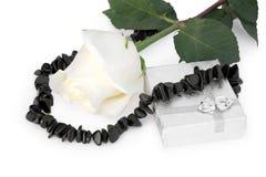Zwarte agaathalsband met een roos, en een gift Royalty-vrije Stock Foto's