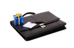 Zwarte aktentas en gift Stock Fotografie