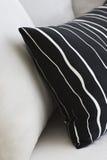 Zwarte & witte hoofdkussens in een modern binnenland Royalty-vrije Stock Fotografie