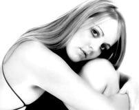 Zwarte & Witte Portarit van Wijfje die Geregen Zwarte Kleding dragen Stock Afbeeldingen