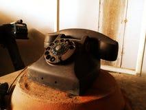 Zwarte antieke uitstekende analoge telefoon stock afbeelding