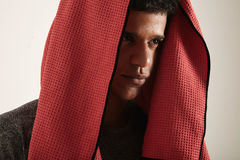 Zwarte atleet met rode handdoek die zijn hoofd behandelen stock foto's