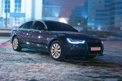 Zwarte auto bij de winternacht Stock Afbeelding