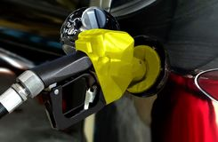 Zwarte auto die benzine van brandstof voorzien bij post stock foto