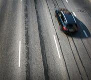 Zwarte auto die zich op oude wegweg bewegen Royalty-vrije Stock Afbeeldingen