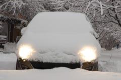 Zwarte auto met heldere koplampen in de binnenplaats met de motor zich bevinden en koplampen die stock fotografie