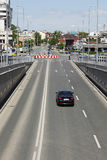 Zwarte auto op lege stadsstraat royalty-vrije stock foto's