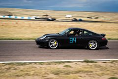 Zwarte auto op rasspoor Royalty-vrije Stock Afbeelding