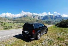 Zwarte auto op weg aan bergen royalty-vrije stock foto's