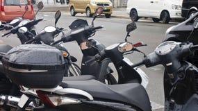 Zwarte Autopedden in de Regen Stock Foto's