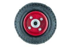 Zwarte band en rood daling gecentreerd wiel van karretje op witte achtergrond stock foto