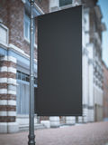 Zwarte bannervlag dichtbij het klassieke gebouw Stock Foto
