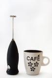 Zwarte batterijmixer en koffiemok Royalty-vrije Stock Foto's