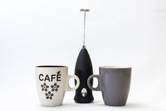 Zwarte batterijmixer en koffiemok Stock Fotografie
