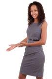 Zwarte bedrijfsvrouw die een het welkom heten gebaar maakt Stock Foto's