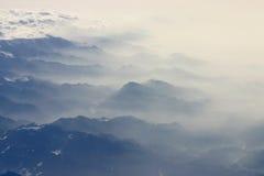 Zwarte bergen in de mist Royalty-vrije Stock Afbeelding