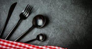 Zwarte bestekreeks, Italiaans servet op lei Voedsel achtergrondbovenkant stock afbeeldingen
