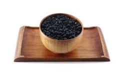 Zwarte bonen in houten kom Royalty-vrije Stock Foto's