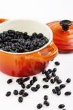 Zwarte bonen op de rode pot Royalty-vrije Stock Foto's