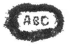Zwarte boonzaden die woord ABC spellen op centrum stock foto