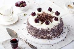 Zwarte boscake, Schwarzwald-pastei, donker chocolade en kersendessert Stock Fotografie