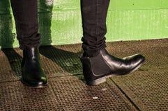 Zwarte broeken en dames uitstekende laarzen stock afbeelding
