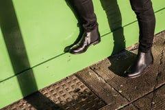 Zwarte broeken en dames uitstekende laarzen stock foto's