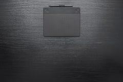 Zwarte bureau bedrijfsachtergrond met digitale pen en tablet Stock Foto