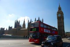 Zwarte cabine, rode bus en Big Ben Londen, Engeland Royalty-vrije Stock Foto's